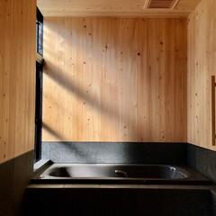 床暖房/御影石仕上げ/ヒノキの羽目板仕上げ/浴室防水/木製手すり/1.25坪/... 1、25坪の浴室で床と腰壁は防水施工後3…