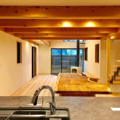 アイランドキッチン/リクシルリシェル/造り付け食器棚/土間/薪ストーブ/リビング階段/... アイランドキッチンから見たリビング。 奥…