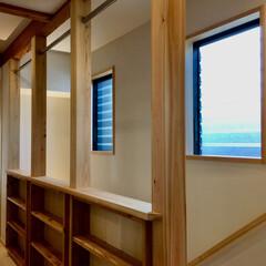 階段手すり/階段手すり兼本棚/室内洗濯物干しコーナー/造り付け収納/造り付け本棚/珪藻土/... 階段手すり兼本棚収納です。  裏面はギャ…