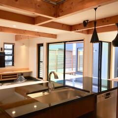 自然素材の家/床暖房/造り付けキッチン/御影石キッチン/造作キッチン/ボッシュ食洗機/... 2台分のガレージとウッドデッキの中庭があ…