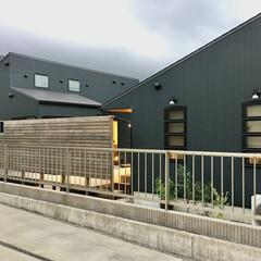 自然素材の家/平家/平家の自然素材の家/ガルバリウム/ビルトインガレージ/土間/... 2台分のガレージとウッドデッキ の中庭が…