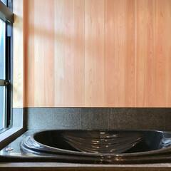 自然素材の家/浴室床暖房/浴室温風暖房/桧仕上げの浴室/御影石仕上げの浴室/御影石浴室/... 2台分のビルトインガレージとウッドデッキ…