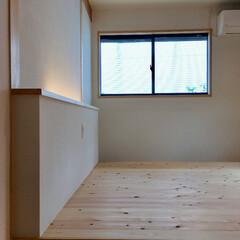 自然素材の家/造り付けベッド/造作ベッド/読書灯/足元灯/珪藻土/... 2台分のビルトインガレージ とウッドデッ…