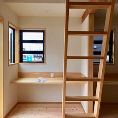 自然素材の家/ビルトインガレージ/子供部屋/造り付けカウンター机/造り付け本棚/ロフト/... 2台分のビルトインガレージとウッドデッキ…