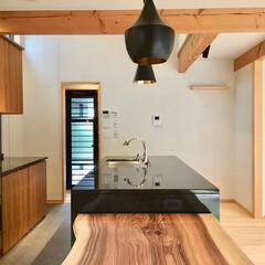 自然素材の家/ビルトインガレージ/平家/平家の自然素材の家/ヒノキフローリング/キッチン床タイル張り/... 2台分のビルトインガレージとウッドデッキ…