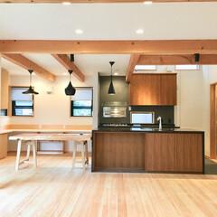 ガレージ/ビルトインガレージ/パントリー/床暖房/自然素材の家/平家/... 2台分のガレージとウッドデッキ の中庭が…