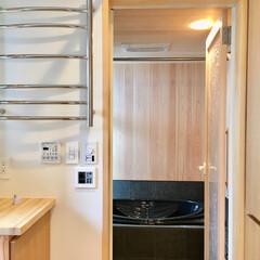 自然素材の家/床暖房/タオルウォーマー/造り付け収納/洗濯物室内干し/脱衣室/... 2台分のビルトインガレージとウッドデッキ…