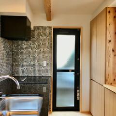 造り付けキッチン/造り付け食器棚/勝手口/御影石キッチン/モザイク大理石/珪藻土/... 御影石天板で作成した造り付けのキッチン …