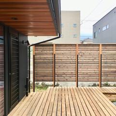 自然素材の家/ウッドデッキの中庭/ウッドデッキ/中庭/サイプレス/ウッドトリートメント/... ビルトインガレージの棟、玄関リビングの棟…