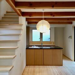 リビング階段/床暖房/御影石キッチン/造り付けキッチン/造り付け食器棚/吹き抜け/... 踏面を広くし蹴上を低くし小さいお子さんで…