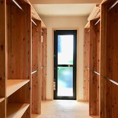自然素材の家/平家/平家の自然素材/ウッドデッキ/洗濯物干しスペース/ウォークインクローゼット/... 2台分のビルトインガレージとウッドデッキ…