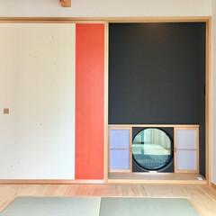 自然素材の家/客間/床の間/畳コーナー/押し入れ和紙/珪藻土/... 2台分のガレージ とウッドデッキの中庭が…