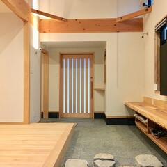 2台分ガレージ/ビルトインガレージ/木製玄関引き戸/土間/洗い出し仕上げ/造り付けテレビ台/... 2台分のガレージとウッドデッキの中庭があ…