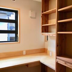 自然素材の家/床暖房/ホームオフィス/在宅ワークスペース/テレワークスペース/リモートワークスペース/... 2台分のビルトインガレージ とウッドデッ…