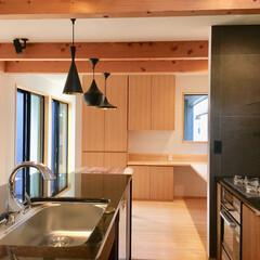 自然素材の家/床暖房/キッチン床暖房/御影石キッチン/造り付けキッチン/造作キッチン/... 2台分のビルトインガレージとウッドデッキ…