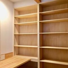 家事コーナー/造り付け本棚/造り付けカウンター机/珪藻土/無垢フローリング/家事動線/... ご主人の書斎とキッチン及びパントリー に…