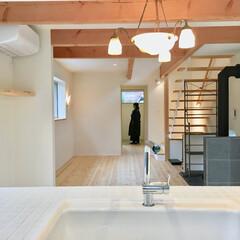 リビング/居間/LDK/LD/リビングダイニング/薪ストーブ/... モザイクタイル貼りの対面式キッチンから見…