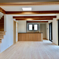 自然素材の家/ソーラーシステムそよ風/リビング階段/畳コーナー兼客間/中庭/ウッドデッキ/... 在宅ワークスペースがあるソーラーシステム…