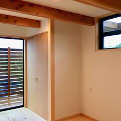 自然素材の家/ソーラーシステムそよ風/寝室/洗濯物部屋干し/寝室収納/ウッドデッキ/... 2階吹き抜けリビングの自然素材の家の洗濯…