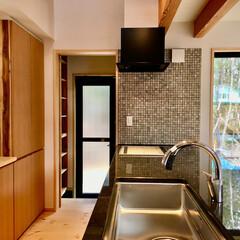 自然素材の家/造作キッチン/御影石キッチン/造り付けキッチン/造り付け食器棚/パントリー/... 中庭がある7字型平面の自然素材の家のキッ…
