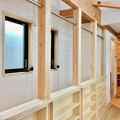 洗濯物室内干し/階段手すり/造り付け本棚/家事コーナー/自然素材の家/ソーラーシステムそよ風 自然素材で建てた太陽熱で床暖房するソーラ…