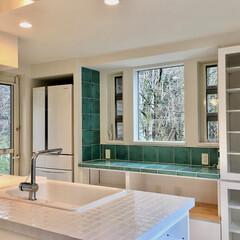 キッチン/対面式キッチン/モザイクタイル貼りキッチン/キッチン収納/造り付けキッチン/造作キッチン/... 建築と一体化する造り付けで作成した対面式…
