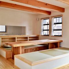 自然素材の家/畳ベンチ/造り付けテレビ台/無垢テーブル/造り付け洗面化粧台/リビング階段/... ダイニングに畳ベンチがある自然素材の家