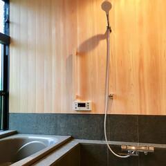 自然素材の家/ソーラーシステムそよ風/浴室/お風呂/在来浴室/天然石貼り浴室/... 床暖房で冬も暖かく入浴できる浴室。 脱衣…