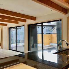 自然素材の家/中庭/明るく風通しの良いリビング/御影石キッチン/造作キッチン/造り付けキッチン/... 7字型平面の中庭がある自然素材の家。  …