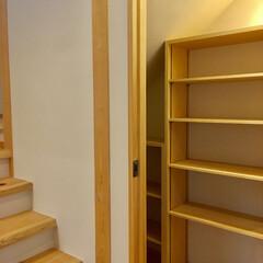 自然素材の家/2階リビング/階段下収納/階段収納/階段/ソーラーシステムそよ風/... 自然素材で建てた2階リビングの家の玄関に…(1枚目)
