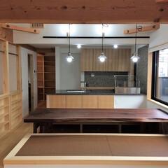 自然素材の家/ソーラーシステムそよ風/2階リビング/吹き抜け/ルーフバルコニー/畳ベンチ/... ルーフバルコニーと畳ベンチがある2階リビ…