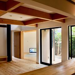 自然素材の家/ソーラーシステムそよ風/ウッドデッキ/リビング階段/パントリー/吹き抜け/... ビルトインガレージがあるソーラーシステム…