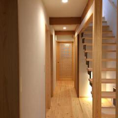 自然素材の家/オープン鉄骨階段/ソーラーシステムそよ風/階段下ギャラリー/廊下地窓 廊下を広く見せるオープン鉄骨階段。  階…