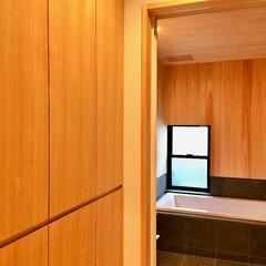 自然素材の家/ソーラーシステムそよ風/脱衣室造り付け収納/造り付け収納/脱衣室床暖房/珪藻土/... 脱衣室は下着やバスタオルがスッキリ片付く…