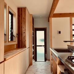 キッチン/造作キッチン/造り付けキッチン/キッチン収納/造作食器棚/パントリー/... 外のウッドデッキと家事コーナーに隣接した…