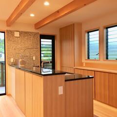 自然素材の家/2階リビング/御影石キッチン/造作キッチン/造り付けキッチン/対面式キッチン/... ソーラーシステムそよ風の自然素材の家です…
