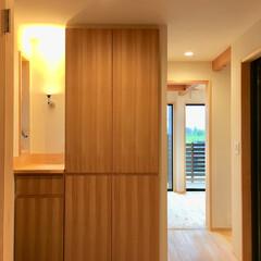 自然素材の家/ソーラーシステムそよ風/玄関/玄関収納/下駄箱/造作下駄箱/... 玄関ドアを開けるとウッドデッキの中庭は広…