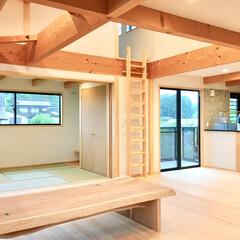自然素材の家/2階リビング/リビング収納/対面式キッチン/御影石キッチン/造作キッチン/... ロフトとグレーチングルーフバルコにーがあ…