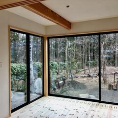 自然素材の家/中庭/借景/コーナー窓/珪藻土/パインフローリング/... 中庭がある7字型平面の自然素材の家。  …