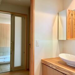 自然素材の家/土間/薪ストーブ/ウッドデッキ/浴室/サニタリーコーナー/... 土間に薪ストーブがある自然素材の家のサニ…