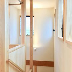 階段/リビング階段/2階階段/階段室/明るく風通しの良い階段/洗濯部屋干し/... 2階ホールから見たリビング階段です。 1…