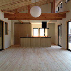 自然素材の家/ビルトインガレージ/シューズクローゼット/勾配天井/中庭/ウッドデッキ/... 2台分のガレージがあるZ字型の平家の自然…