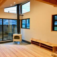 自然素材の家/ソーラーシステムそよ風/土間/リビング/居間/LDK/... 富士山一望!吹き抜けの土間に白い薪ストー…