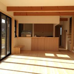 自然素材の家/ソーラーシステムそよ風の家/ウッドデッキ/リビング階段/パソコンコーナー/在宅ワークスペース/... 三角を組み合わせた変形な間取りプランのソ…