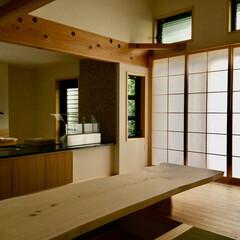 自然素材の家/ソーラーシステムそよ風/床暖房/小上がりベンチ/無垢テーブル/造り付けテレビ台/... 自然素材で建てた小上がりのダイニングベン…