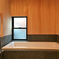 自然素材の家/ヒノキの浴室/御影石仕上げの浴室/床暖房の浴室/ソーラーシステムそよ風/浴室暖房/... 御影石とヒノキの羽目板で仕上げた床暖房で…