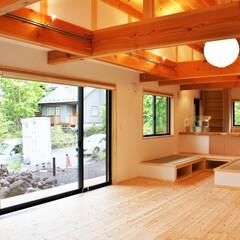 自然素材の家/ソーラーシステムそよ風/土間/薪ストーブ/リビング吹き抜け/畳ベンチ/... 玄関続きの土間に薪ストーブがあるソーラー…