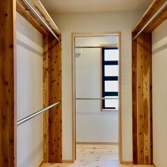 自然素材の家/珪藻土/パインフローリング/ウォークインクローゼット/納戸/造り付け収納棚/... スッキリ物が片付くウォークインクローゼッ…
