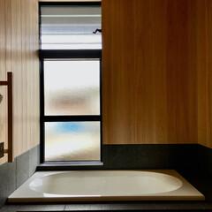 自然素材の家/浴室/バスルーム/床暖房/御影石仕上げの浴室/ヒノキ仕上げの浴室/... 床暖房で冬でも暖かい浴室。  防水施工後…