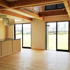自然素材の家/土間/薪ストーブ/シューズクローゼット/畳コーナー/ミニマルピアノ室/... 玄関続きの土間に薪ストーブがあるソーラー…